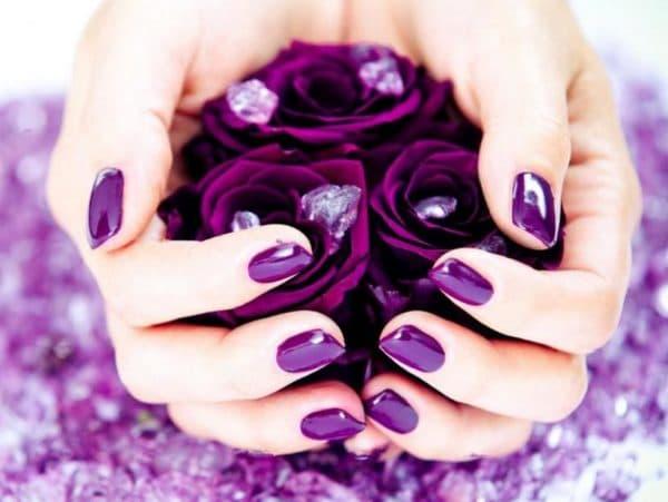 Фиолетовый гель лак на ногтях