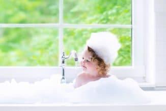 Мытье головы ребенка безопасным шампунем