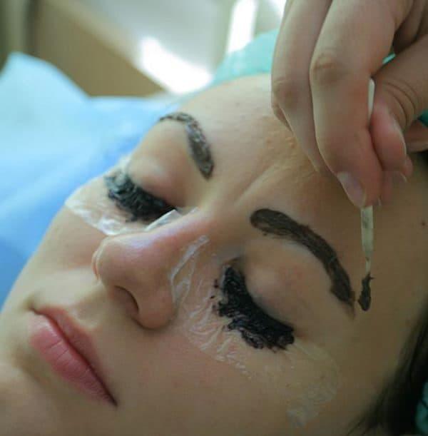 Процедура окрашивания ресниц и бровей