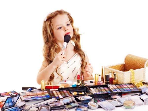 Ребенок пользуется маминой косметикой