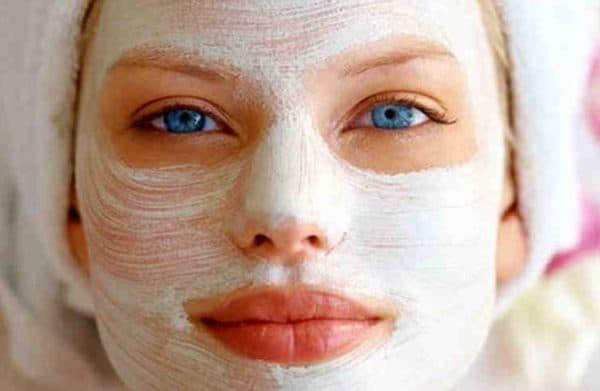 Нанесение маски с крахмалом на лицо