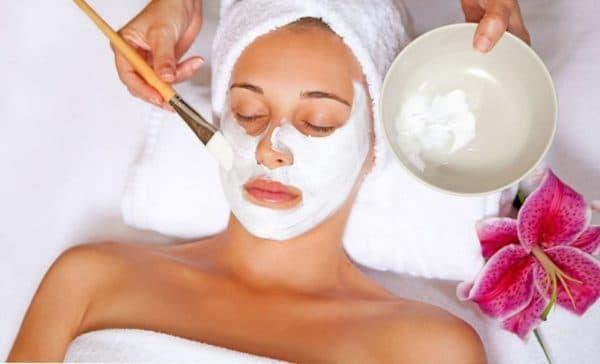 Нанесение крахмальной маски на лицо