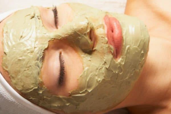 Нанесение маски для лица из дрожжей