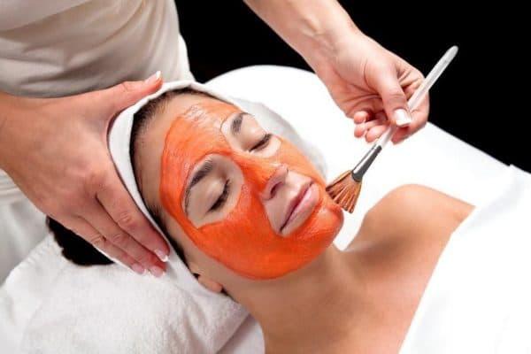 Нанесение морковной маски на лицо