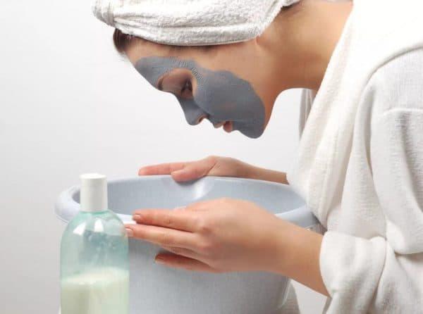 Нанесение маски для лица с мумиё