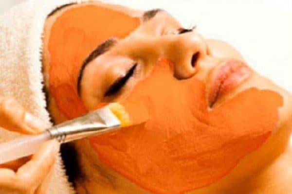 Нанесение маски из тыквы на лицо