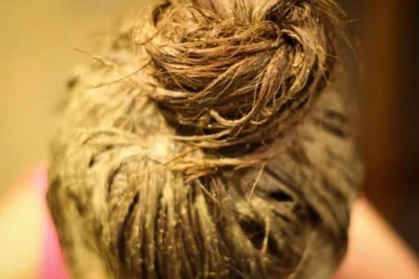 Нанесение маски для волос на основе бесцветной хны
