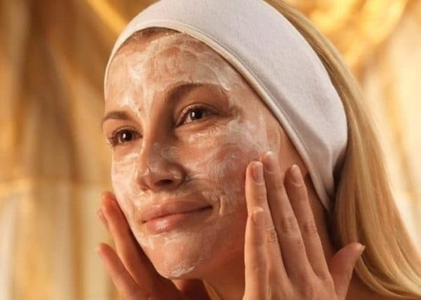 Нанесение маски для лица из риса