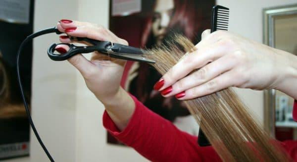 Запечатанные кончики волос после стрижки горячими ножницами