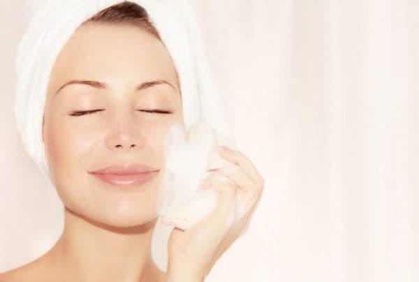 Предварительное очищение кожи лица перед нанесением крема
