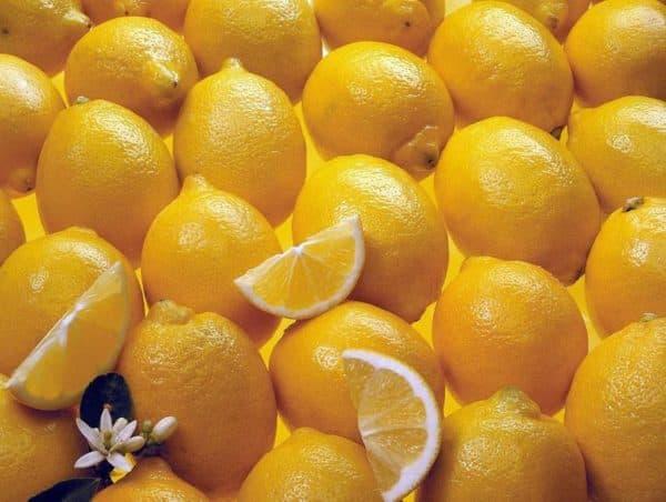 Осветляет и устраняет желтизну лимонный сок